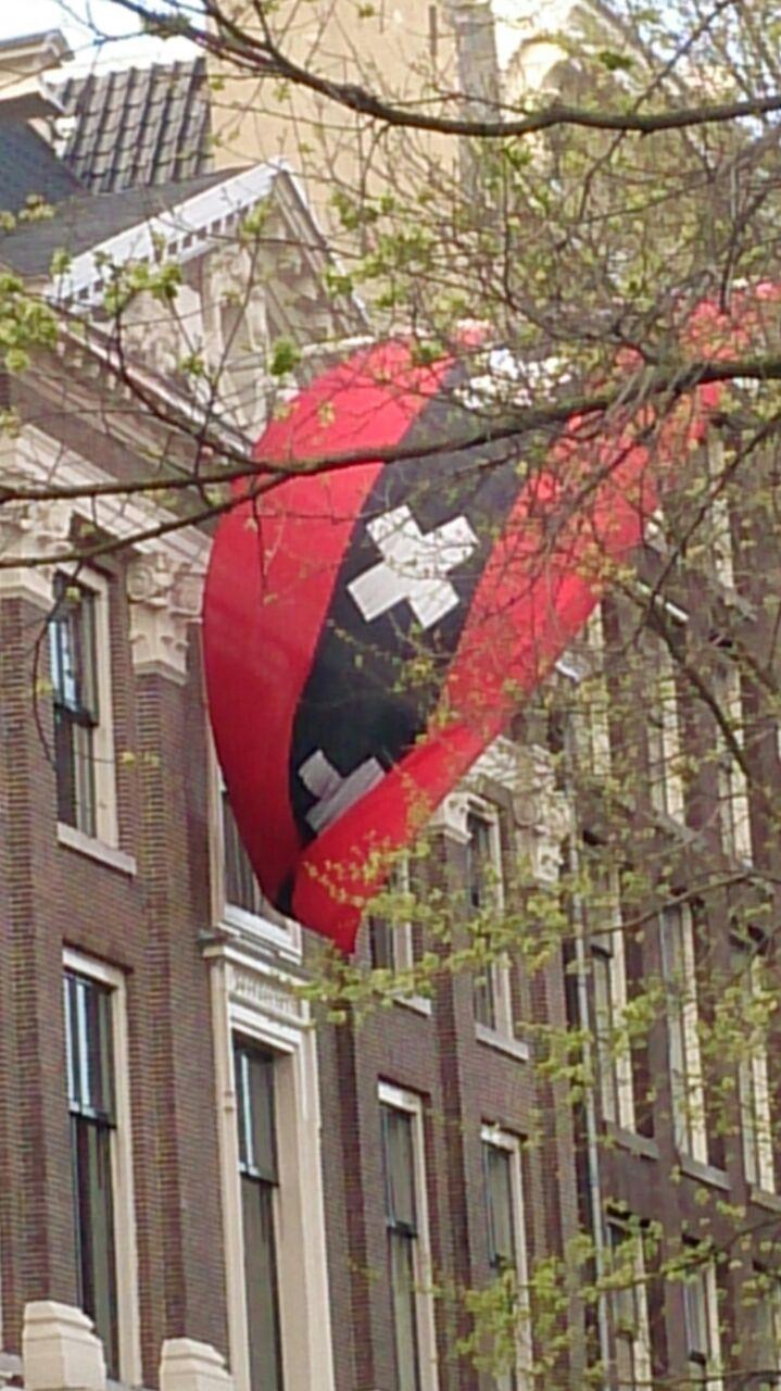 Amsterdam et son drapeau