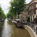 Une terasse d un café sur un canal à Amsterdam